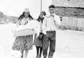 Unidentified First Nations family.