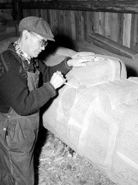 M.Martin Carving Housepost In Thunderbird Park Victoria