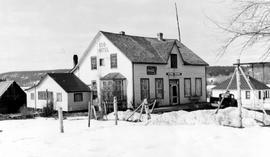 150 Mile House, hotel in snow